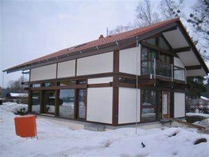 Modernes Fachwerkhaus dunkelbraun, huf haus